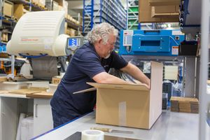 The labelled spare parts are transported to the packing station on conveyor belts; they are then scanned and packed in cartons. They are delivered to customers by parcel services.