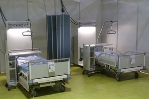 The modern Evario hospital bed and the comfortable and space-saving Quado bedside cabinet provide the best conditions for successful treatment of Covid patients.