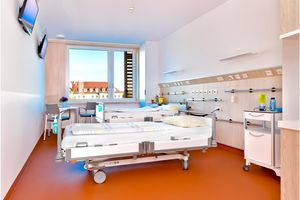The elegant hospital bed Puro by Stiegelmeyer comes into its own in the new rooms. Photo: UKD/Thomas Albrecht