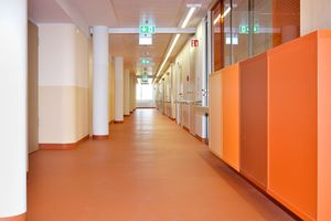 The earthy orange of the floors and walls creates a positive atmosphere. Photo: UKD/Thomas Albrecht