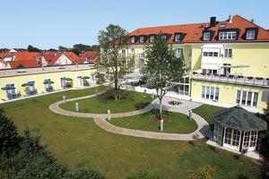 The grounds of the building in Reichertshofen make an inviting place for walks. (Photo: NOVITA)
