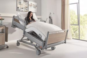 Nurses and patients can move the bed into a comfortable sitting position with the LCD handset.