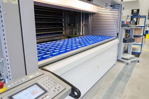 The Kardex Remstar lift system operates like a paternoster. It brings trays with small, rarely used spare parts from high-level shelves fully automatically.