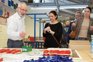 Workshop manager Wolfgang Rox explains adhesive film production to the FORUM team.