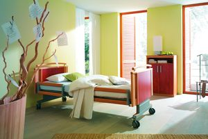 Care beds with wood decors came on the market during the 1980s. The Stiegelmeyer model Milena from the year 2000 additionally scored with split safety sides.