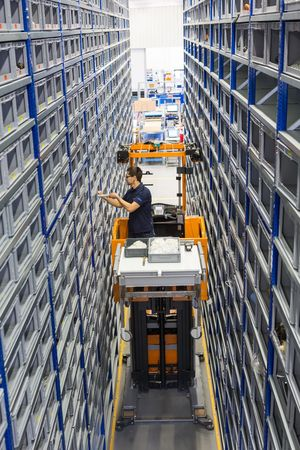 Together with the order picker, an employee in the container area fetches the spare parts from a shelf which can be up to 6 metres high. He then uses a scanner to inform the system that the spot has become available.